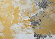 Dipingendo sul muro a secco, pittura gialla, patina d'argento, composizione, struttura fotografia stock