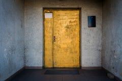 Dipinto nella porta dell'oro con una parete bianca blu fotografie stock libere da diritti