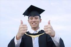 Diplômé asiatique heureux de mâle images stock