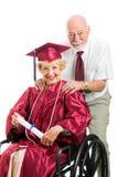 Diplômé et mari handicapés d'aîné Images libres de droits