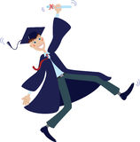 Diplômé heureux dans le capuchon et la robe avec le diplôme Photographie stock libre de droits