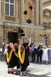 Diplômés célébrant près de Roman Baths, Bath, Angleterre Photo stock