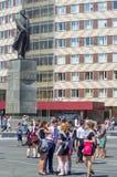 Diplômés dans la place près du monument à Lénine photos libres de droits