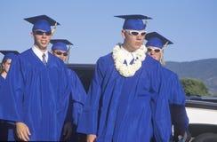 Diplômés de lycée utilisant des lunettes de soleil Photos libres de droits
