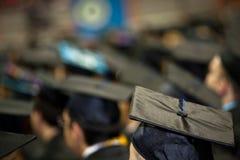 Diplômés pendant la cérémonie de commencement Photographie stock libre de droits