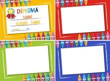 Diplôme et fond différent de la couleur quatre avec des crayons illustration libre de droits
