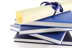 Diplôme et livres photographie stock libre de droits