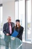 Diplômé assez féminin d'université Photos libres de droits