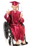 Diplômé d'aîné dans le fauteuil roulant - pouces  Photographie stock libre de droits