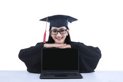 Diplômé d'Asiatique avec l'ordinateur portable d'écran vide Photo stock