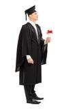 Diplômé d'université fier tenant un diplôme Images stock