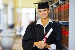 Diplômé dans la bibliothèque photographie stock libre de droits