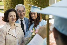 Diplômé et grands-parents faisant prendre la photographie dehors Photos stock