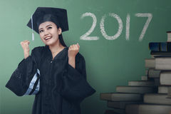 Diplômée asiatique de femme avec le nombre 2017 images libres de droits