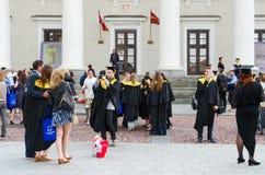 Diplômés d'université européenne de sciences humaines près de hôtel de ville, Viln images libres de droits