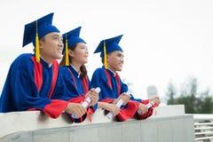 Diplômés enthousiastes sur la plate-forme de visionnement Photographie stock libre de droits