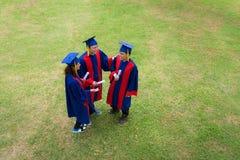 Diplômés sur le campus Photos libres de droits