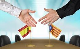 Diplomáticos de España y de Cataluña que sacuden las manos para estar de acuerdo el trato, representación de la parte 3D Foto de archivo libre de regalías
