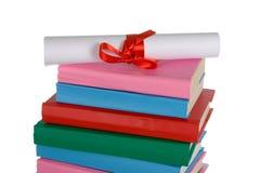 Diplom und Stapel Bücher Stockbilder