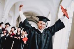 diplom universität kerl umhang universität lizenzfreie stockfotografie