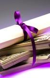 Diploma com dinheiro fotografia de stock