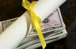 Diploma con el dinero Imagen de archivo