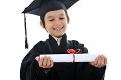 Diploma dat weinig studentenjong geitje een diploma behaalt, Royalty-vrije Stock Foto's