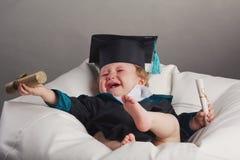 Diploma dat weinig studentenjong geitje een diploma behaalt Stock Afbeeldingen