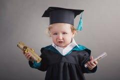 Diploma dat weinig studentenjong geitje een diploma behaalt Royalty-vrije Stock Foto