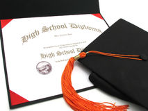 Diploma de High School secundaria con el casquillo y la borla Imágenes de archivo libres de regalías