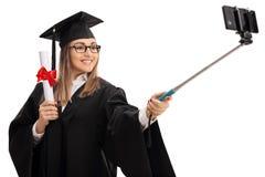 Diploma della tenuta del dottorando e selfie femminili felici di presa Fotografia Stock Libera da Diritti