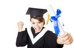 diploma di laurea della tenuta della giovane donna felice Fotografia Stock