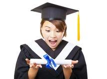 diploma di laurea e sguardo della tenuta della giovane donna Fotografia Stock Libera da Diritti