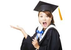 Diploma di laurea sorpreso della tenuta della giovane donna Fotografia Stock