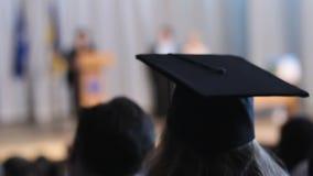 Diploma di ricezione laureato nella fase, studenti che guardano graduation archivi video