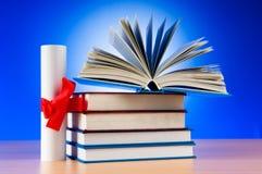 Diploma e pilha de livros Imagens de Stock