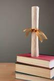 Diploma en la pila de libros Foto de archivo