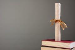 Diploma en los libros con el espacio de la copia Imagen de archivo