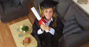 Diploma felice della tenuta del laureato della giovane donna Fotografie Stock