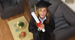 Diploma felice della tenuta del laureato della giovane donna Immagini Stock