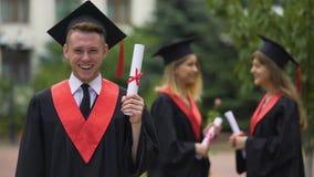 Diploma laureato di risata di esultanza e graduation, felicità video d archivio