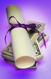 Diploma met geld stock foto