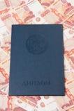 Diploma russo contro soldi Immagini Stock