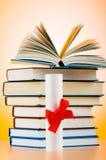Diploma y pila de libros Fotos de archivo
