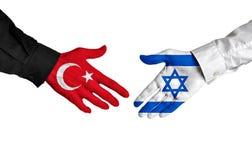 Diplomatas de Turquia e de Israel que agitam as mãos para relações políticas Fotografia de Stock