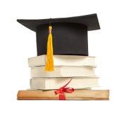 diplomavläggande av examenhatt Arkivbilder