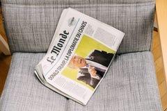 Diplomazia di caos con Donald Trump sul giornale del francese di Le Monde fotografia stock