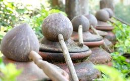 Dipper die van kokosnotenshell wordt gemaakt op waren, traditioneel voor het drinken Stock Afbeeldingen