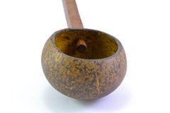 Dipper van kokosnotenshell wordt gemaakt, traditionele container voor drinki die Royalty-vrije Stock Foto