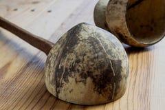 Dipper van kokosnotenshell wordt gemaakt, traditionele container voor drinki die Royalty-vrije Stock Afbeelding